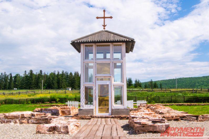 Новый храм возведён рядом с основанием разрушенной в 1929 году Ильинской церкви. А на месте самой церкви возвели часовню и звонницу.