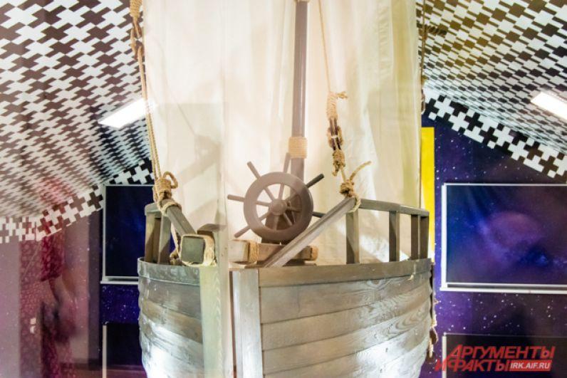 Корабль напоминает о морских путешествиях Ивана Евсентьевича.