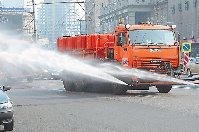В Омске поливают дороги, чтобы уберечь асфальт от жары