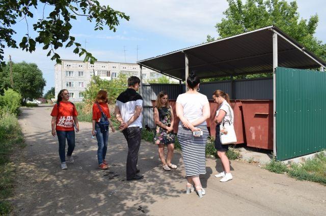 Мусорный оператор и «Молодёжка ОНФ» проверили жалобы омичей в деревне