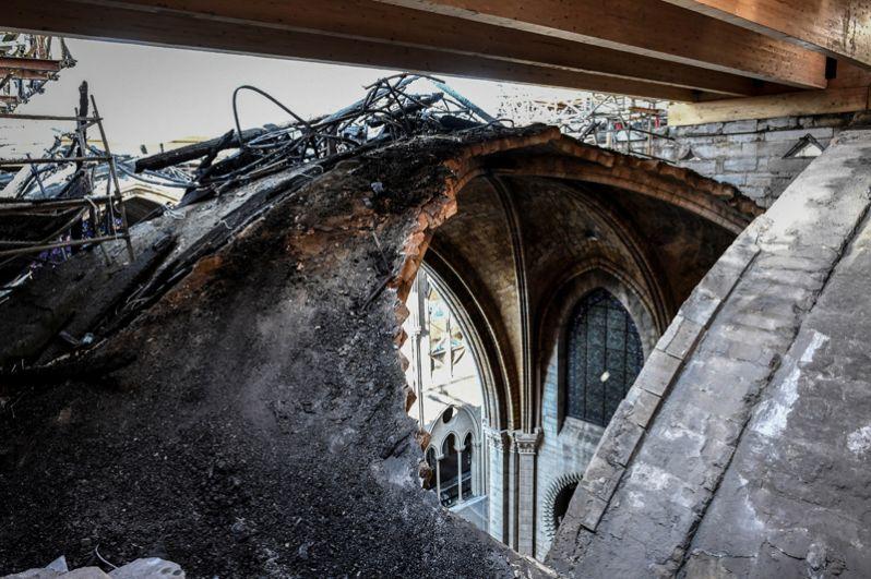 Сгоревшая крыша собора.