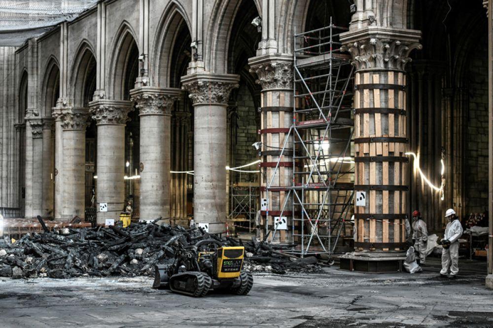 Уборка мусора внутри собора.