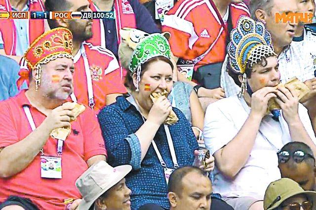 Троица фанатов в кокошниках и с хот-догами прославилась во время ЧМ-2018