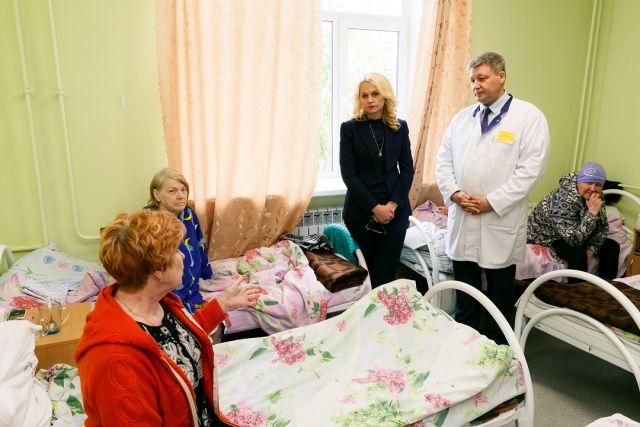 Люди несколько месяцев лежат в палате по восемь человек.