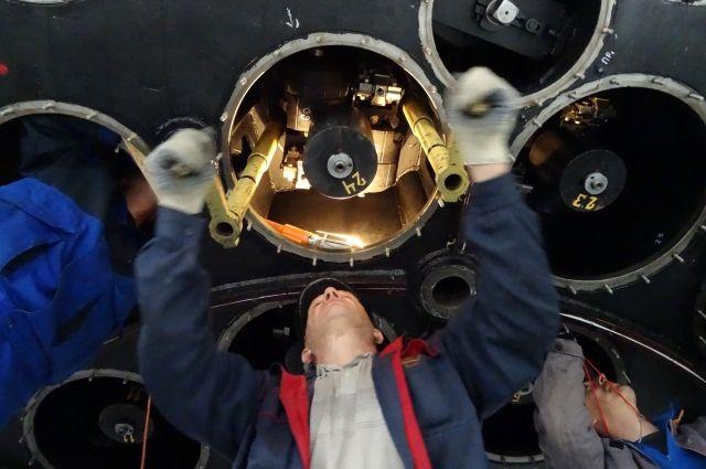 Специалисты демонтируют разгрузку главного зеркала телескопа.