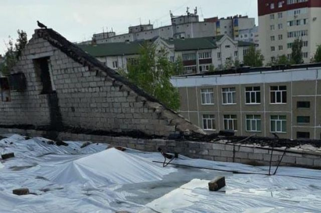 Крыша горевшей многоэтажки в Барнауле.