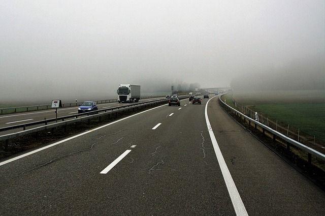 В тумане стоит ехать при ближнем свете фар, при наличии специальных противотуманных фар их нужно включить вместе с ближним светом.