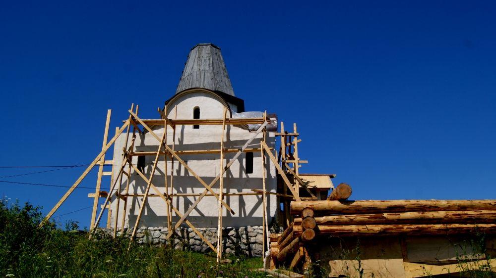 Здание построили из дерева, сверху каменная облицовка.