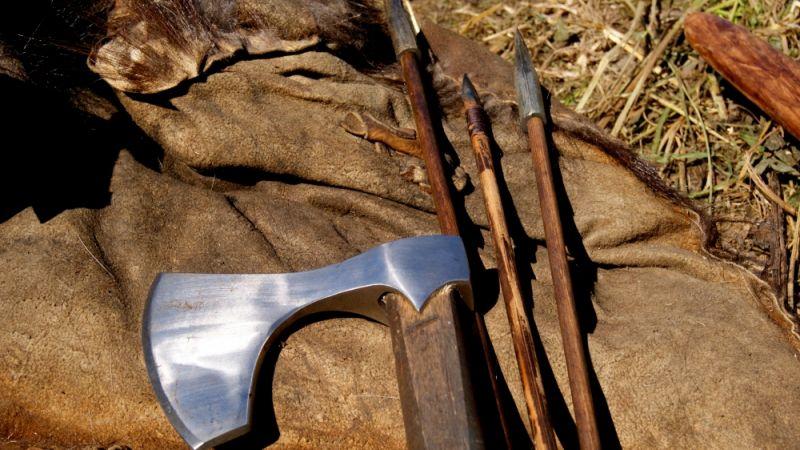 Оружие для фильма изготавливают как из железа так и из пластмассы.