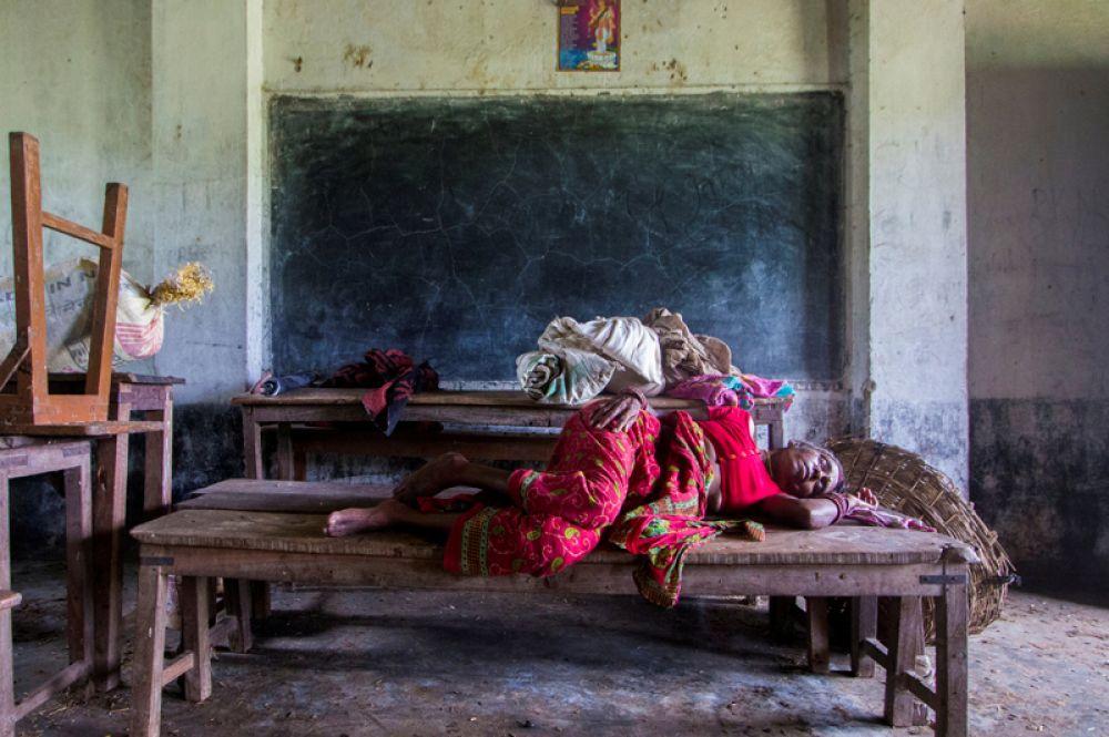 Женщина, пострадавшая от наводнения, в классе средней школы имени Шри Сарсавати в деревне Балохия, Непал.