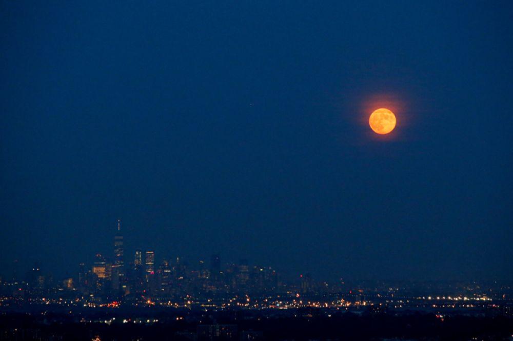 Полнолуние над Нью-Йорком, США.