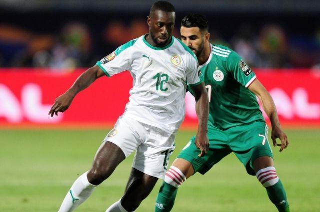 Юссуф Сабали (Сенегал) против Рияда Махреза (Алжир) в матче группового раунда