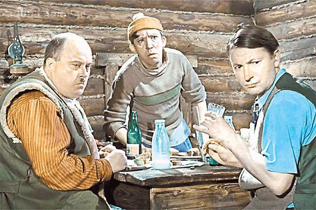 Короткометражка «Самогонщики», снятая Л. Гайдаем в 1961 г., заканчивается закономерно – самогонщиков арестовывают.