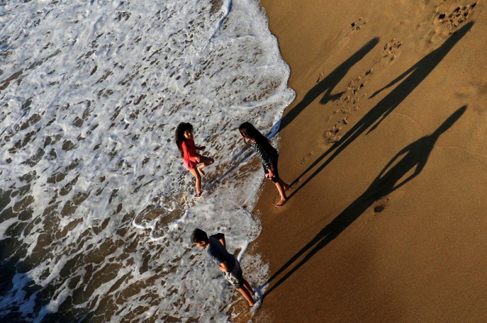 Дети на пляже Винья-дель-Мар, Чили.