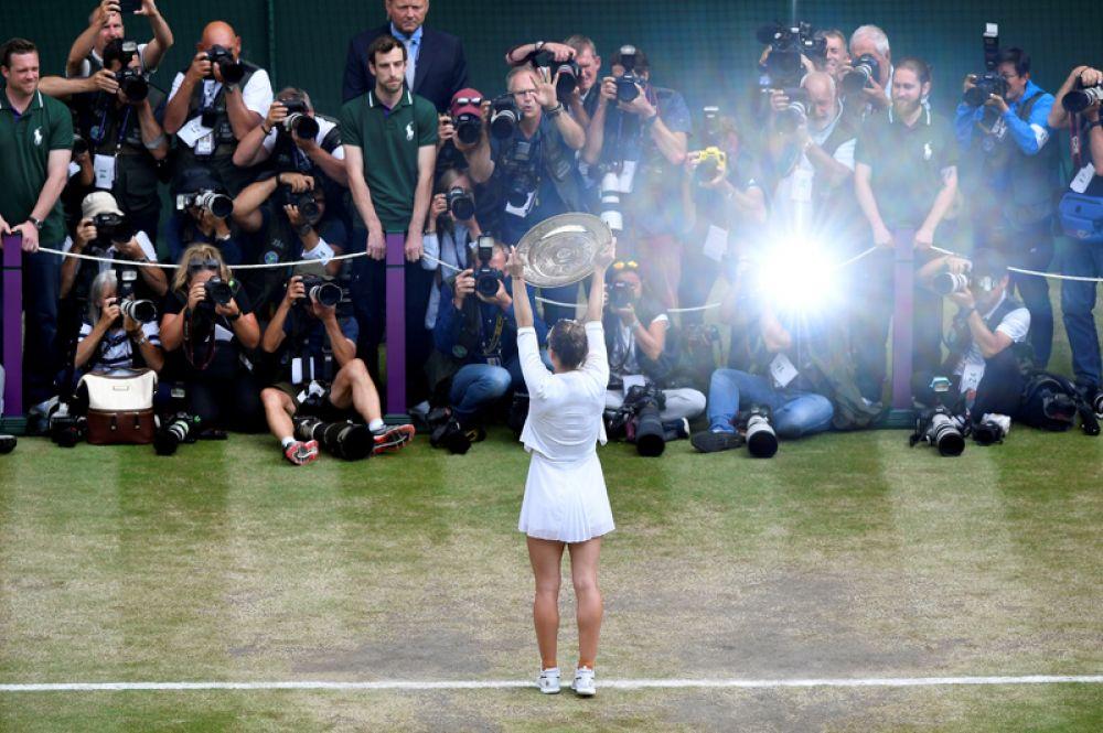 Румынская теннисистка Симона Халеп после победы в финальном матче Уимблдона против Серены Уильямс в Лондоне, Великобритания.