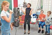 Педагог по вокалу Юлия Таравкова вместе с подопечными на очередном занятии в центре «Ростки».