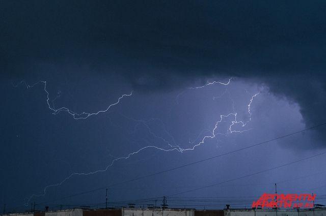 Сильнейшие грозы прошли в центральных и восточных районах Перми в период с 22.00 до 2.00 19 июля.