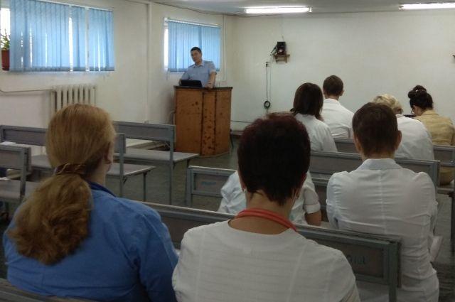 В Бугуруслане с медработниками встретились сотрудники полиции.