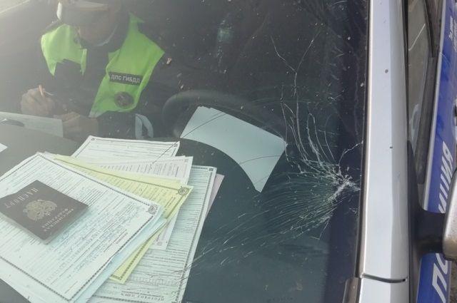 Патрульный автомобиль получил повреждения.