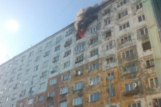 Пожар вспыхнул поздно вечером на 8 этаже.
