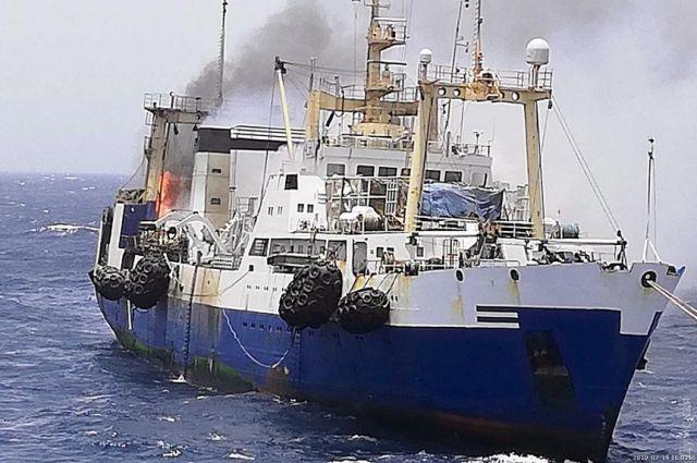 Третьи сутки у берегов Африки горит украинский траулер: есть погибший, все подробности инцидента