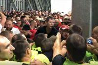 Начало стычки фанатов и сотрудников стадиона попала на видео.