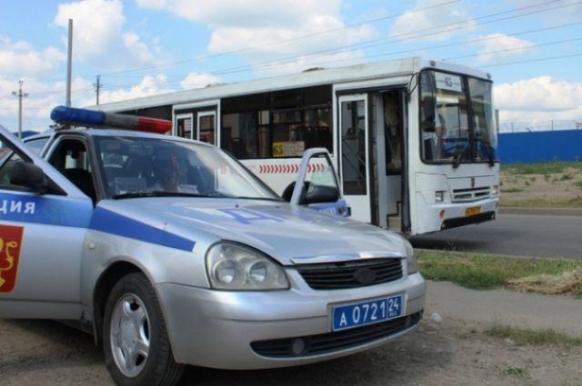 Госавтоинспекторы и мобильная экологическая лаборатория провели проверку на одной из конечных остановок в Советском районе