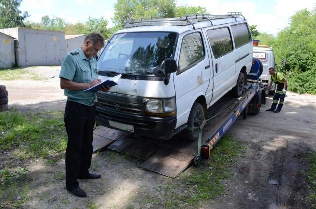 Судебные приставы в Омске без предупреждения эвакуируют машины должников