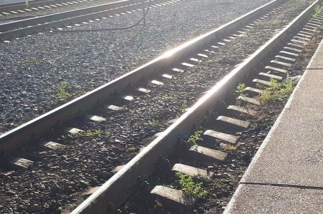 В действиях неустановленных лиц усматриваются признаки преступления, предусмотренного ч. 1 ст. 263 УК РФ (нарушение правил безопасности движения и эксплуатации железнодорожного транспорта).