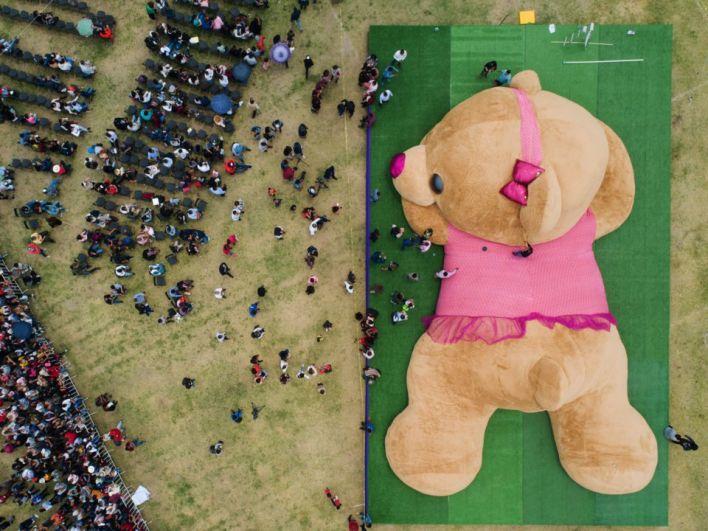 В городе Ксонокатлан, Мексика, целый месяц группа энтузиастов создавала большого плюшевого мишку. 28 апреля он был презентован общественности. Длина плюшевого мишки составила 19,41 метр, весит игрушка более 4х тонн. Да, такую ребенку не подаришь!
