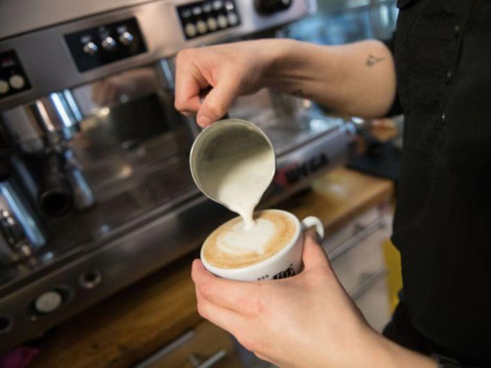 Часто ли вы изнываете от нетерпения в длинной очереди за кофе? Если да, то вам к Лизе Томас из Австралии - девушка-бариста в апреле 2019 года побила рекорд Гиннеса по скоростному приготовлению кофе. За один час Лиза приготовила 420 капучино. То есть - по семь чашек кофе за одну минуту!