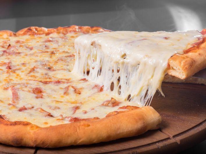 Шеф-повар ресторана 400 Gradi из Австралии побил кулинарный рекорд - приготовил самую крупную пиццу с рекордным количеством сыра. Джонни Ди Франческо создал пиццу со 154 видами сыра. Вкуснятина!