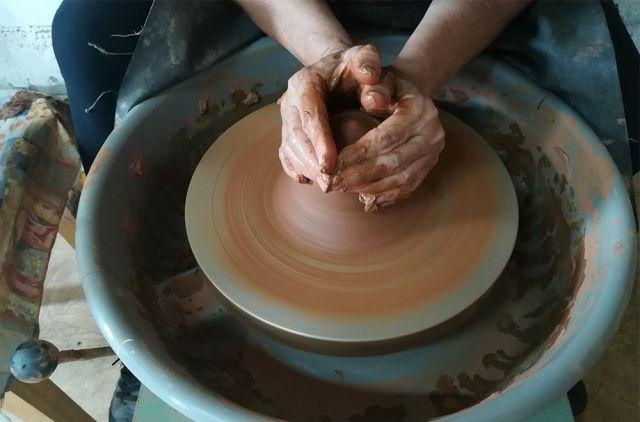 Попробуй, сделай из куска глины морское животное или солнечный луч.