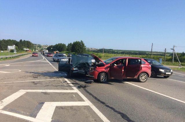 На трассе в Удмуртии в аварии погибла 70-летняя пассажирка ВАЗа
