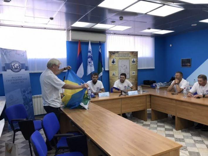 В Ханты-Мансийске команде торжественно вручили флаг города для установки на полярной станции Беллинсгаузен.