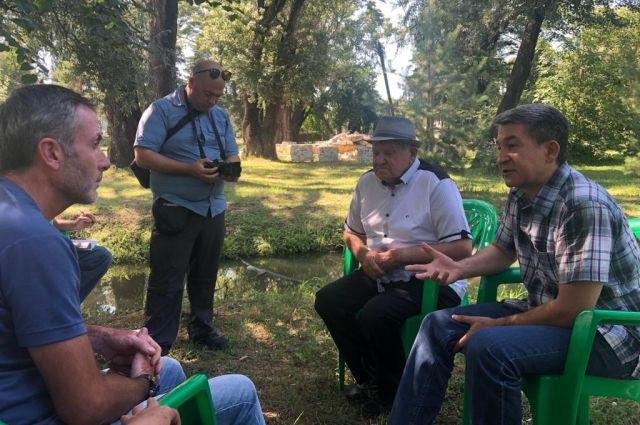 Рамазан Хежев с сыном дают интервью.