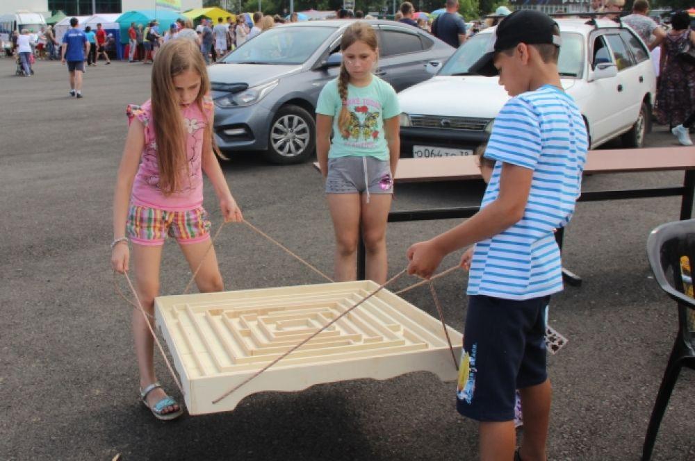 Для юных зрителей прошла детская игровая развлекательная программа с интерактивными площадками