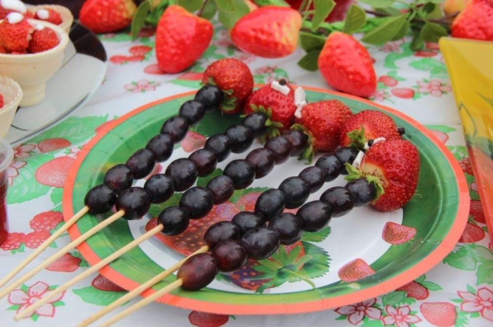 ...или же другие необычные, но вкусные сочетания, например, вот такие ягодные «шашлыки»
