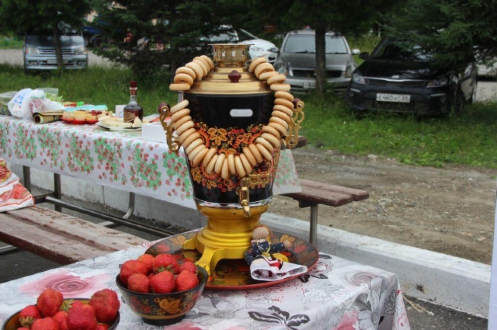 Жители и гости города могли купить не только ягоду, но и творения народных ремесленников – художников, мастеров прикладного творчества, а также кулинаров
