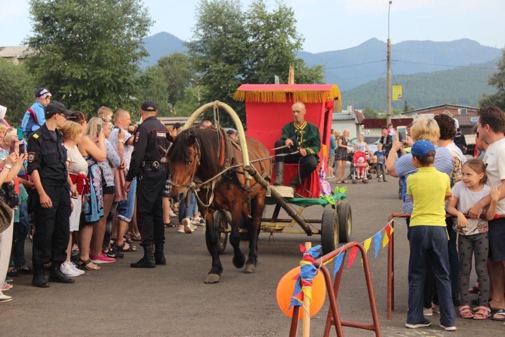 На настоящей карете на фестиваль приехала особая гостья- клубничная королева Гигантелла Лордовна