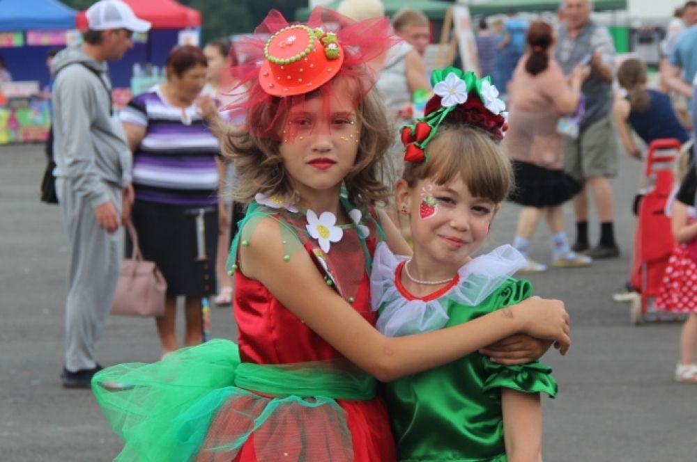 По традиции, среди детей от 6 до 9 лет выбирали самую яркую, талантливую и позитивную модель-клубничку