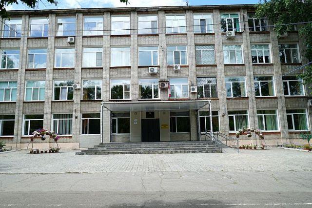 По проекту школа состоит из четырех блоков: для начальных классов, основного учебного блока, административного корпуса, спортивного блока.