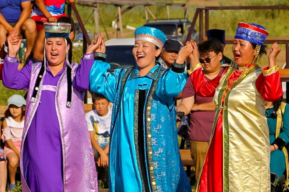 Во время фестиваля народных забав прошли конкурсы народной песни «Арадай дуун», традиционной бурятской игры – «Арадай наадан» и ещё одно песенное состязание - «Дуун андалдаан».