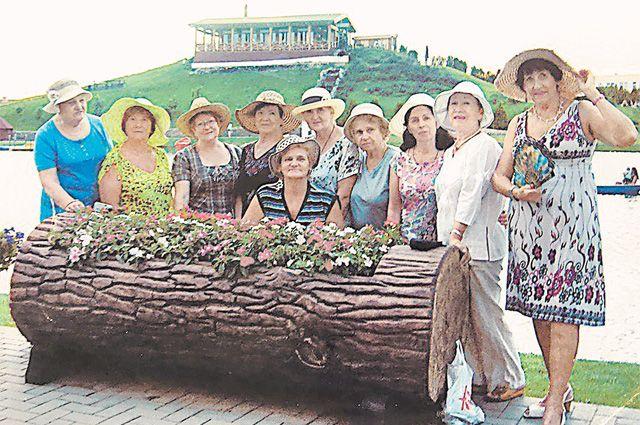 «Сейчас нас 50 девчат – заводных и красивых! Собираемся дважды в неделю – и этого мало!» (Эмилия Гавриленко на фото крайняя справа.)