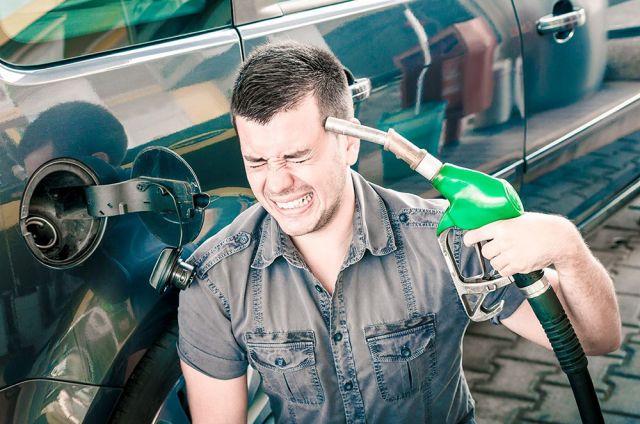 Особенно часто поддельный бензин заливают в удалённых от мегаполиса районах.
