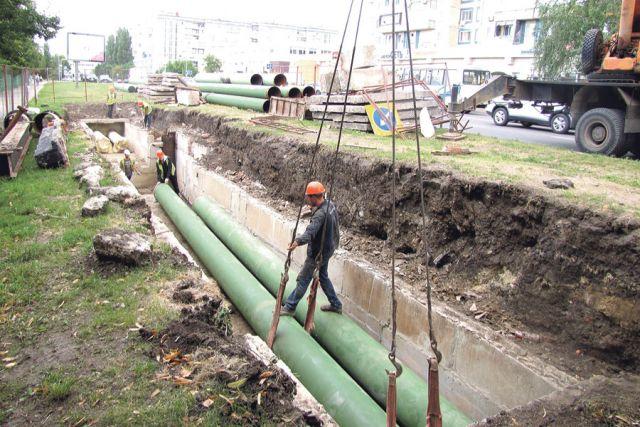 Укладка новой высокопрочной трубы на ул. Будённого.