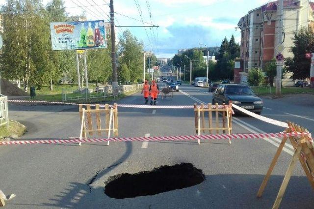 На проезжей части в Ижевске провалился асфальт