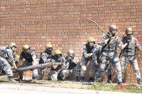 Бойцам «Альфы» любые крепости по плечу. На фото: штурмовая группа на учениях.