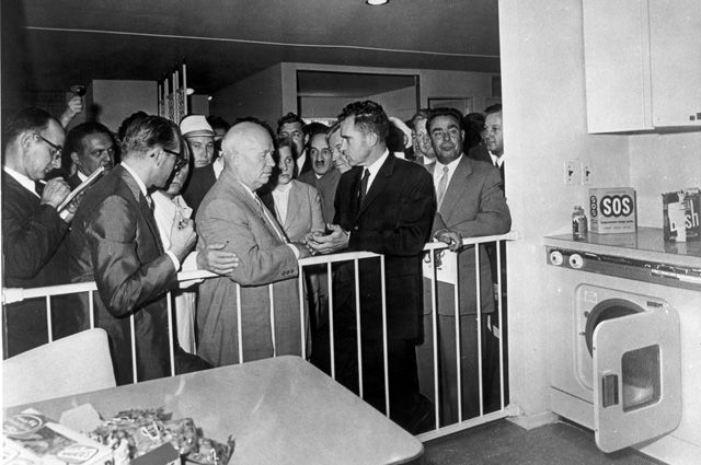 Никита Хрущёв и Ричард Никсон на открытии выставки.