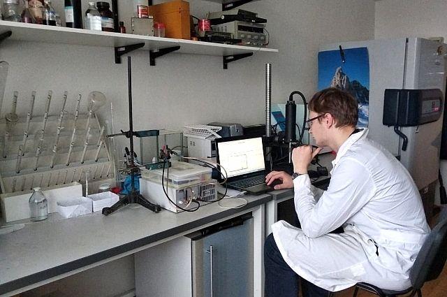 Иван Луценко в лаборатории.